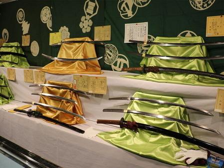 80_日本刀(刀剣)の販売風景