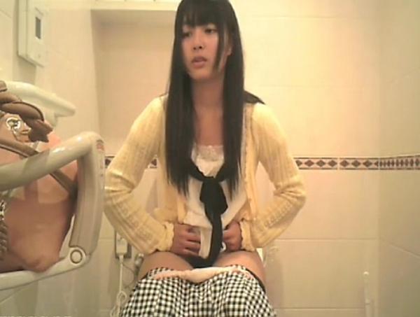 【盗撮動画】女子トイレにカメラ設置して撮影すると激カワJDがご入場!踏ん張ってるので大便ですねw