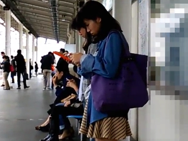 【観覧注意】駅構内でイイ女を発見するとスカートを捲り危険を顧みず高画質パンチラ盗撮映像を捕獲!!