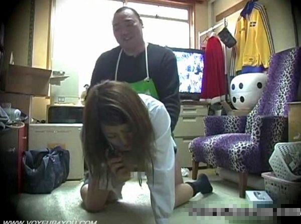 【観覧注意】万引き美少女のJKが泣いている!母親に電話させながらニヤニヤした表情でレイプする凶悪店長!