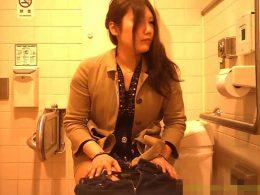 【女子トイレ盗撮動画】美人お姉さんのオマ○コを真正面から見ることを可能とした絶好のアングルで隠し撮りw