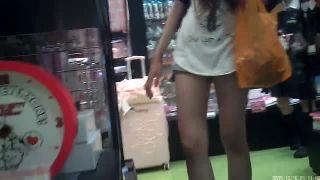 【盗撮動画】店内で買い物中のショーパン美脚ギャルの下着を狙う