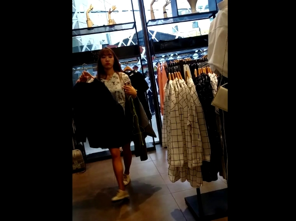 【HD盗撮動画】美人セレブの韓国女子大生のパンチラを買い物中のスキを付いて高画質逆さ撮り攻略!