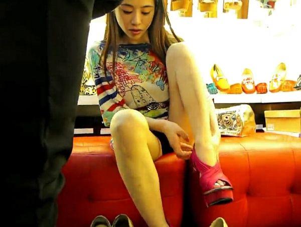 【HD盗撮】シューズを試し履きするモデル系美人ギャルの股間から完全凝視アングルでパンチラ捕獲www