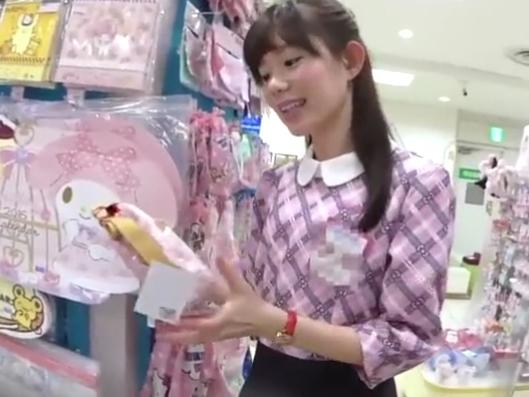 «盗撮»可愛い某人気キャラクター専門店の美人ショップ店員さんのパンチラを逆さHEROが攻略完成www