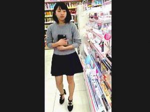 【盗撮】ドラッグストアで化粧品を物色中の女子に接近して逆さ撮りしてる場違いな撮り師♪