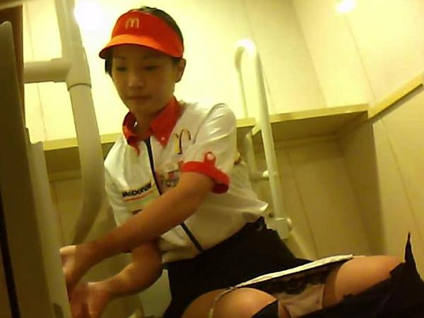 【観覧注意】アルバイトの美少女に恋をしたマクドナルドの純情店長がトイレを盗撮して溺愛していた映像w