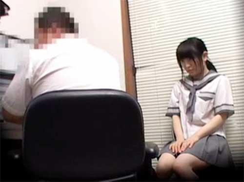「ごめんなさい><」マンガを万引きした女子校生が必死に謝るも鬼畜店長が折檻レイプ!