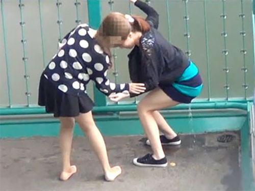 【GIF】「もぅ無理><」泣きそうになりながら友達の前でおしっこ漏らしちゃう女子!