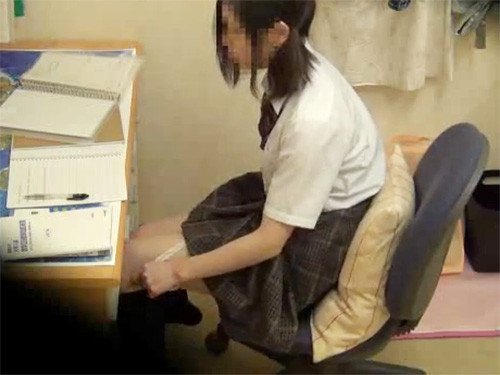 勉強の合間についついオナニーしちゃうオナ中毒なJK娘をこっそり隠し撮りする父親!