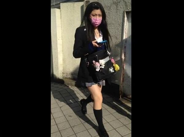 «HD盗撮»現役女子校生の鮮度抜群な下半身からスカート捲りパンチラを敢行する!!