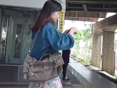 【盗撮動画】もはや普通のパンチラでは満足できなくなったエリート撮り師が手を出した禁断の捲りパンチラ!