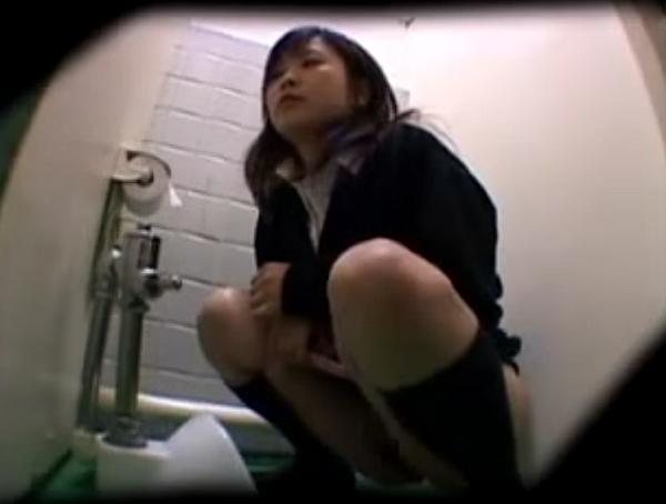 【盗撮動画】音フェチ集合!和式トイレで激カワJKがオシッコする姿を放尿サウンドにも拘って撮影したw