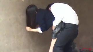 JKが制服を着たまま二人の男子と連続で中だしセックスする青姦盗撮動画