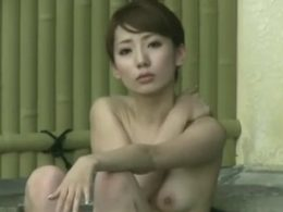 【盗撮動画】色白スレンダーな体に絶妙な美乳!綺麗過ぎる美人妻の裸体を女子風呂で入手w