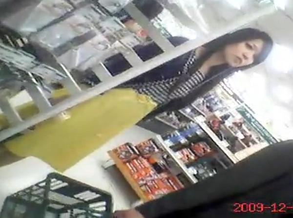 【隠撮動画】清楚で綺麗なお姉さんをデパート内で付け回してスカート内を逆さ撮りしてパンチラを収録するw