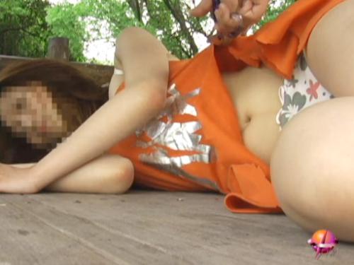 公園で居眠りしちゃった女子の服を切り裂いて全裸に!そしてマンコに指突っ込んでみた!