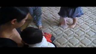 【盗撮動画】子供が服を引っ張って胸チラする美人な若妻