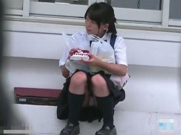【盗撮動画】マジ危ない年代のパンチラ映像!推定J○未満の美少女の処女臭漂う股間!