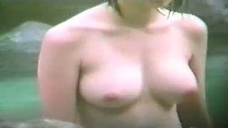 【盗撮動画】童顔女子大生の巨乳おっぱいを露天風呂で望遠盗撮する