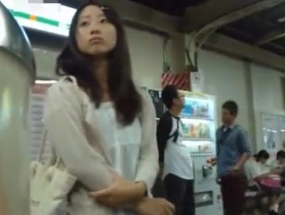 «盗撮»完全ヤバイやつ!可愛い素人ギャルを駅構内で物色して尾行すると捲りパンチラ!!