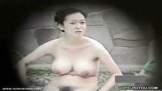 【露天風呂盗撮動画】色白爆乳三十路妻の陰毛丸出しの全裸姿を覗く