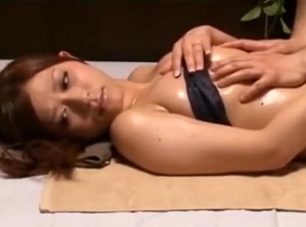 【動画】オイルエステティシャンに中出しで寝取られた敏感すぎるゴージャス巨乳ボディの激カワ美人若妻!