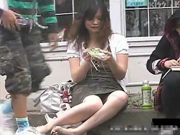 【盗撮動画】人通りもある路上で素人お姉さんの股間を正面から視姦するパンチラ映像がガチ本物でしたw