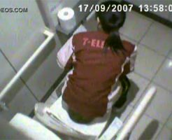 【トイレ隠撮動画】セ◯ンイレブンの洋式トイレを天井から隠し撮り…スタッフの排泄と目線をゲットw