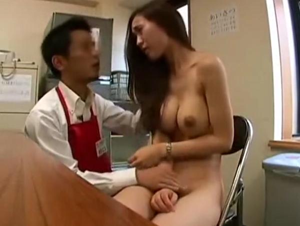 【盗撮】万引きした人妻が魅力的なスレンダー巨乳美熟女だったので裏交渉で折檻レイプする店長!