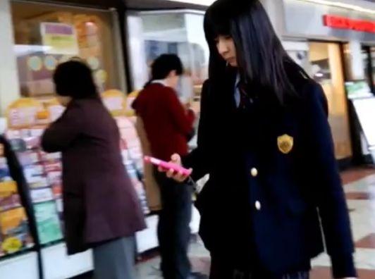 【HD隠撮動画】やっぱ鮮度が違う!街中で制服美少女を発見すると尾行してスカート捲りパンチラ!!