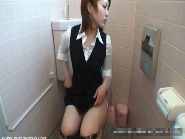 【盗撮動画】激カワ美人OLの女子トイレ映像が放尿後のオナニーシーンが最高のオカズだったとご報告w