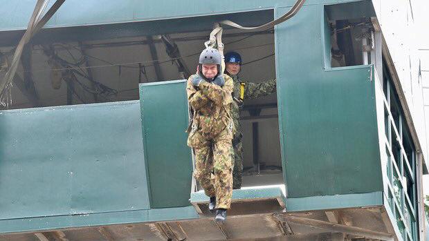 陸上自衛隊、パラシュート部隊による降下訓練始め、河野大臣も飛び出す!