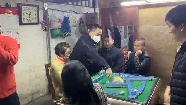 中国、またマスクせず麻雀!警察が来て雀卓破壊し説教!みんなショボーン