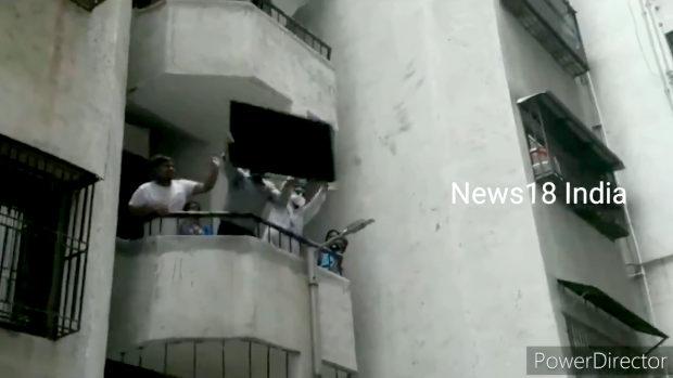 【インド】中国製品不買!2階からTV落とし破壊!