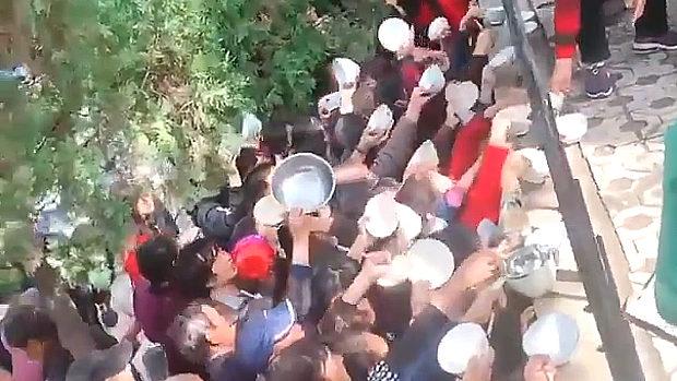 中国、無料炊き出しにお椀を持って群がる住民たち!「早く食わせろ~!」