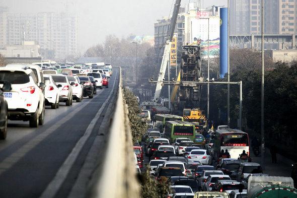 【中国】クレーン車が重荷に耐えられず道端で反っくり返って直立!2