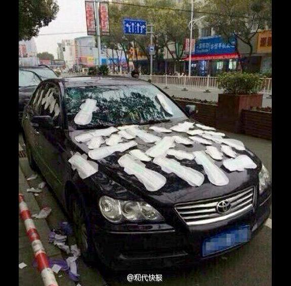 【中国】彼女の彼への嫌がらせが酷い!彼の車に生理用品を大量に貼り付ける!1