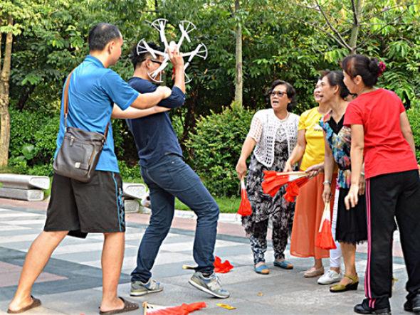 【中国】男が彼女へドローンで贈り物、広場ダンスのオバちゃんが撃墜3