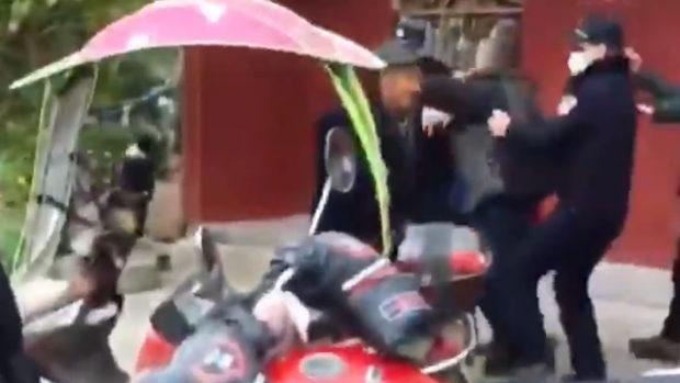 中国、警告にやって来た公安、横暴な態度に村民ブチ切れて逆襲!警官は発砲