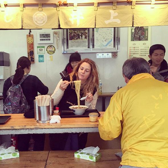 【画像】ドリュー・バリモア、築地でラーメンを食う!