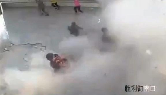 中国、また子供がマンホールに爆竹を投下!