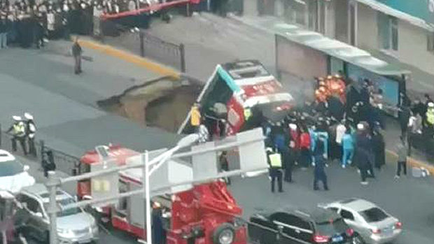 中国、バスの停留所前の道路が突然陥没!バスが飲み込まれる!さらに爆発!