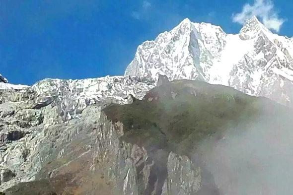 【中国】7000m超級の雪山の中腹に巨大な「魔狼」の影1