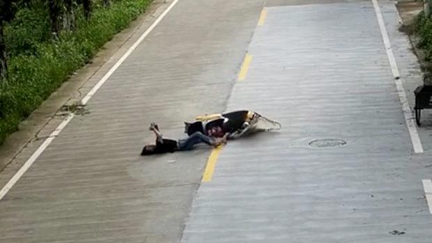 【動画】中国、バイク女子がスマホ見運転で追突転倒!それでも倒れたままスマホ見! [海外]