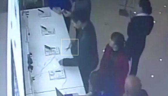 中国、アップルストアで店頭展示機のiPhone6を盗もうとする男