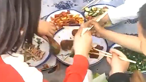 中国、子供たちも恒例の料理争奪戦