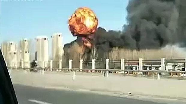 中国、今度は化学薬品輸送車が横転し爆発!上空にキノコ雲が立ち上る