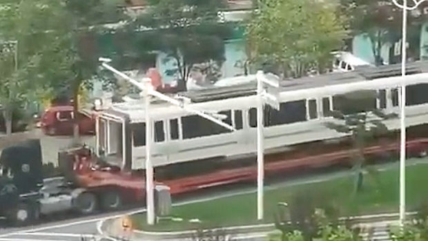 中国、地下鉄水没、次々に移送される地下鉄車両!
