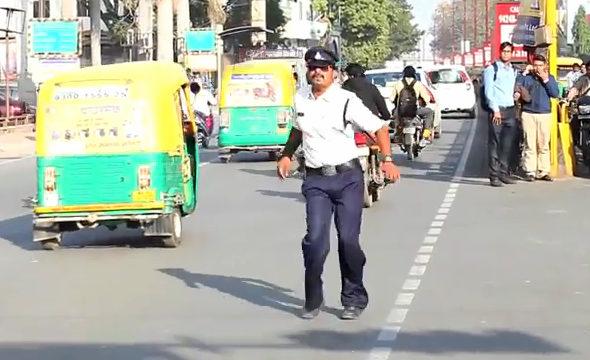 【画像】インド、交通警察官のムーンウォーカースタイルの取り締まり